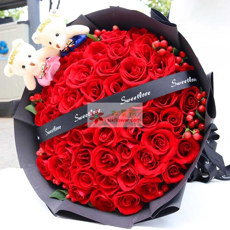 33枝红色玫瑰,周围红豆,栀子叶点缀;