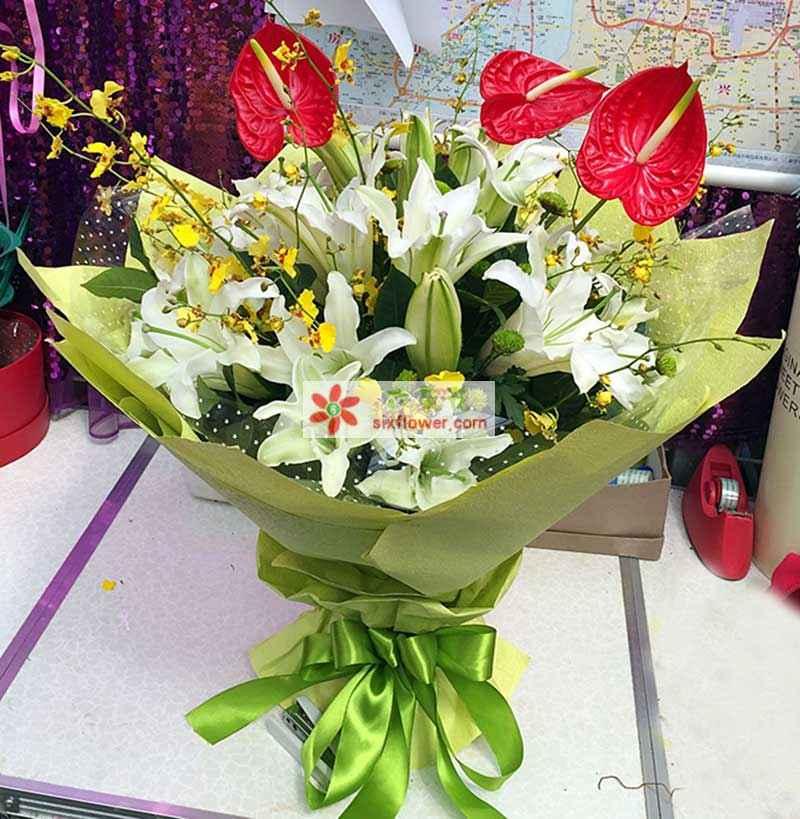 11支白色香水百合、3支红掌、黄色跳舞兰、雷丝、绿叶丰满