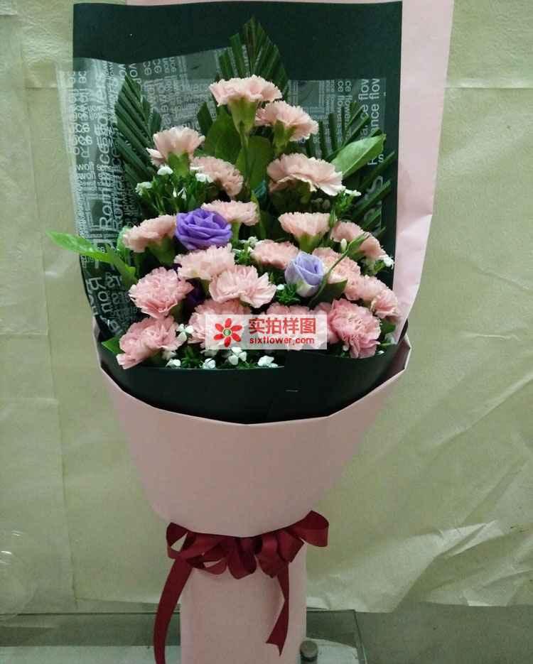 粉色康乃馨19枝,紫色洋桔梗、红铁叶少许至花束饱满