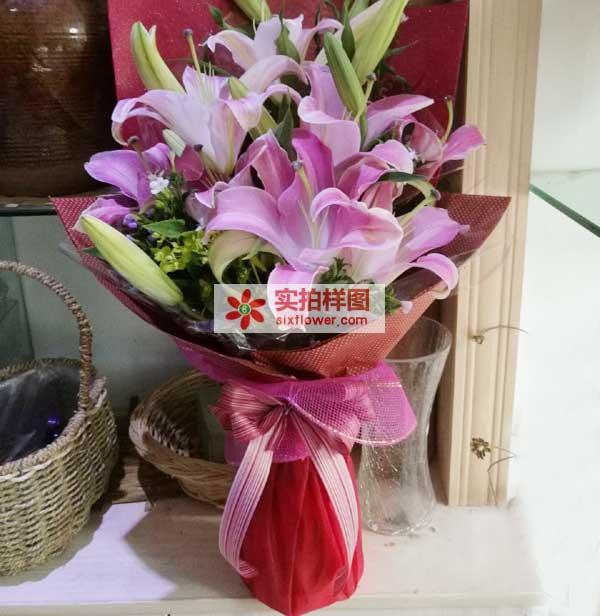 5枝多头粉色香水百合,搭配富贵竹,间插绿叶,精致包装;