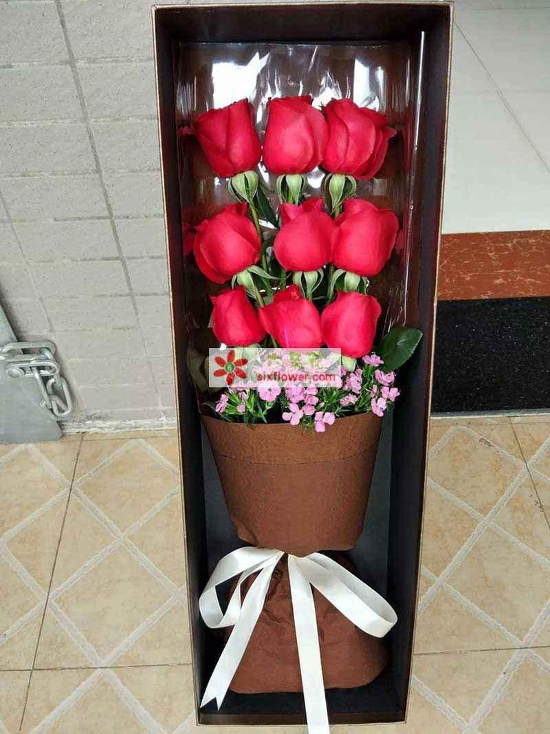 9支红玫瑰,相思梅点缀;