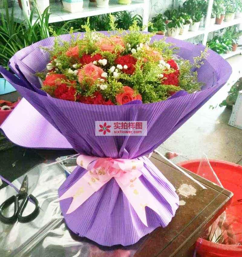 9枝粉色玫瑰,9枝红色康乃馨,点缀黄莺,满天星