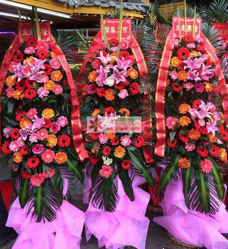 上层3朵百合,下层2朵百合,上下层各色太阳花丰满,散尾叶巴西叶搭配;(价格为单个花篮价格)