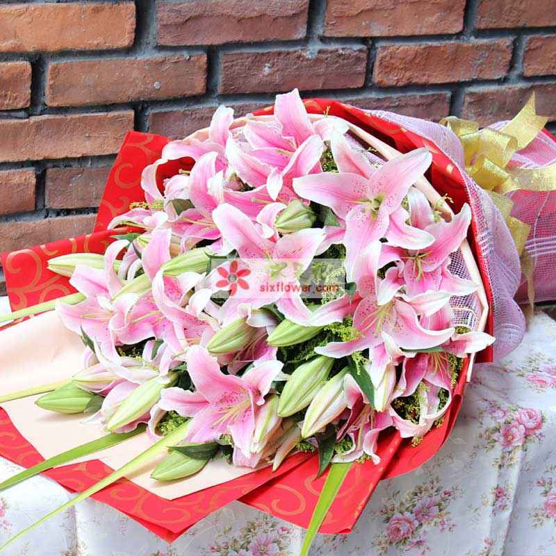6枝粉色多头香水百合,黄莺间插;
