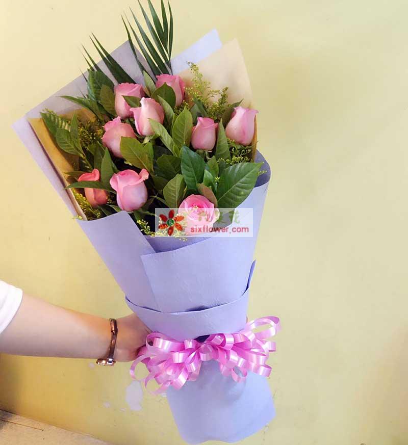 9枝粉玫瑰,配橛子叶、黄英;