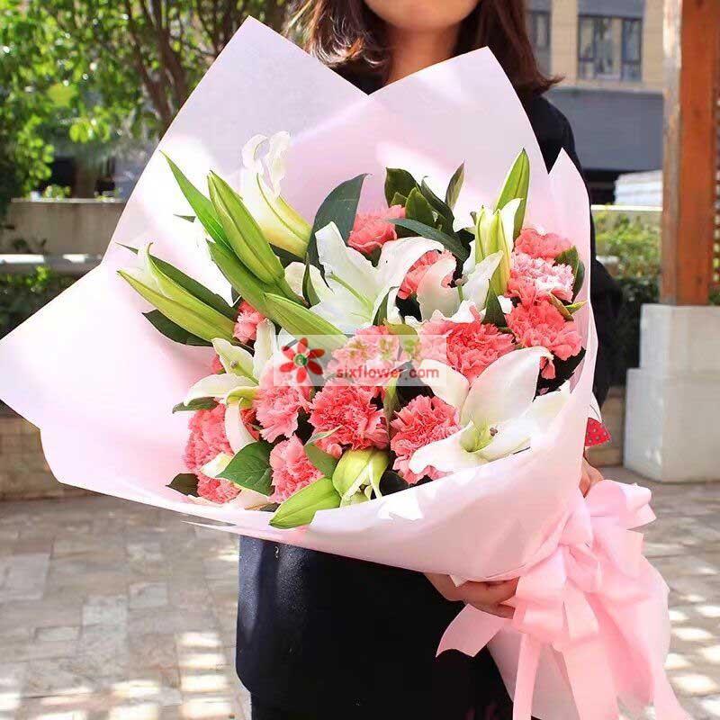 19枝粉色康乃馨、3枝白色多头百合,橛子也点缀;