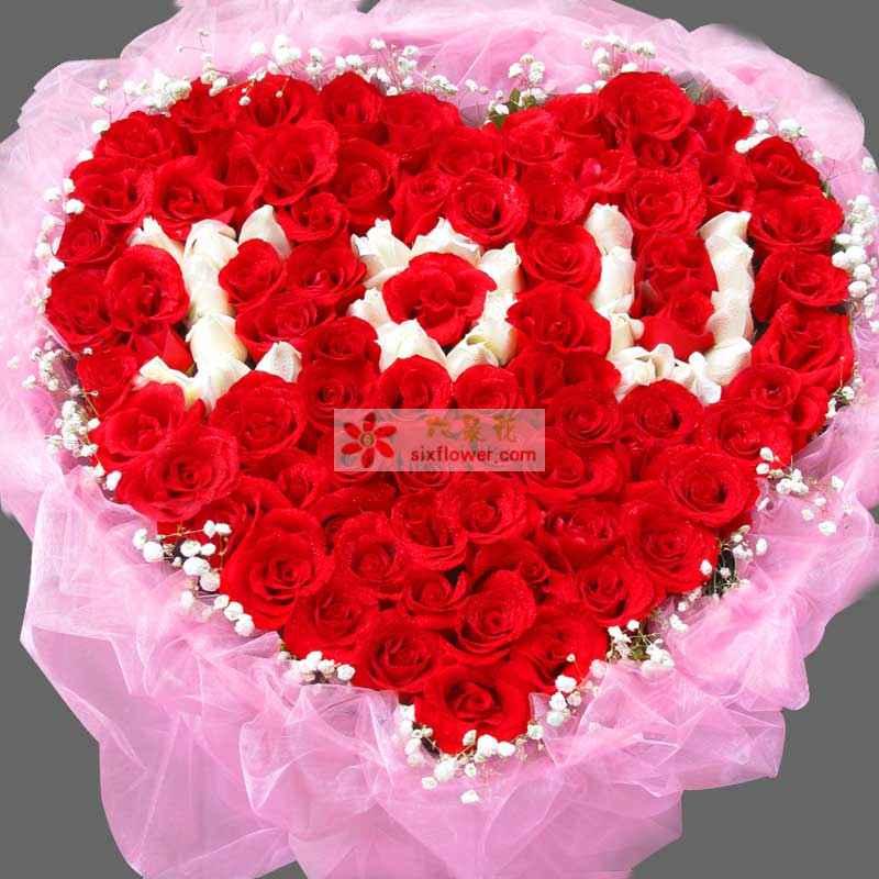 精心挑选昆明红白玫瑰共99枝,其中白玫瑰插字:I O U,外围绿叶满天星;