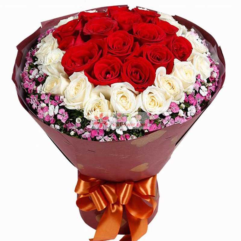 红玫瑰14枝,白玫瑰15枝,红玫瑰居中,白玫瑰围绕