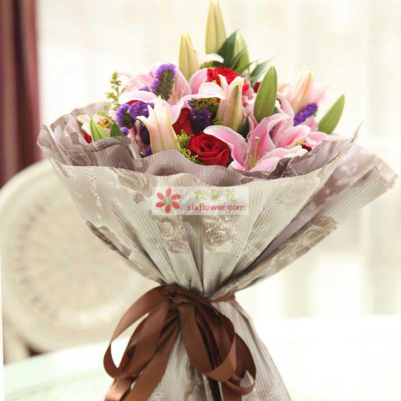 红玫瑰9枝,粉色多头香水百合10枝,黄莺、勿忘我点缀