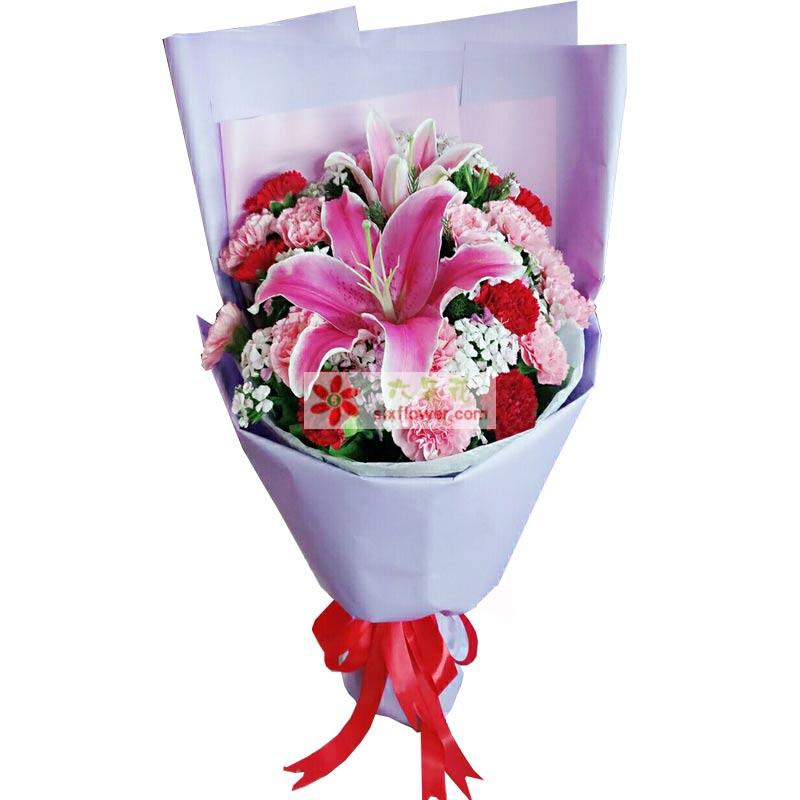 红色康乃馨12枝,粉色康乃馨7枝,多头百合1枝,搭配适量满天星、相思梅、石竹梅;