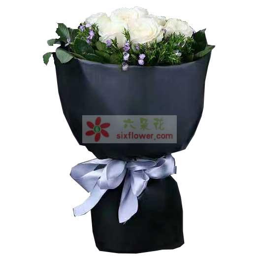 12枝白玫瑰,周围相思梅、配叶点缀;