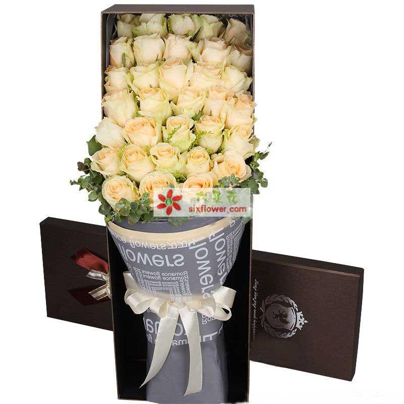 33枝香槟玫瑰,叶上花点缀;