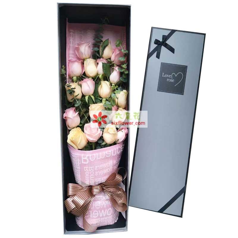 19枝玫瑰,其中粉色玫瑰、香槟色玫瑰间插搭配,尤加利点缀(或其他配草)
