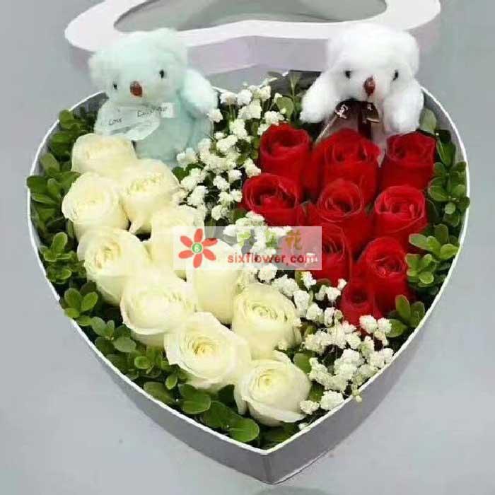 10枝白色玫瑰,9枝红色玫瑰,共计19枝玫瑰,配叶点缀,2个小熊;