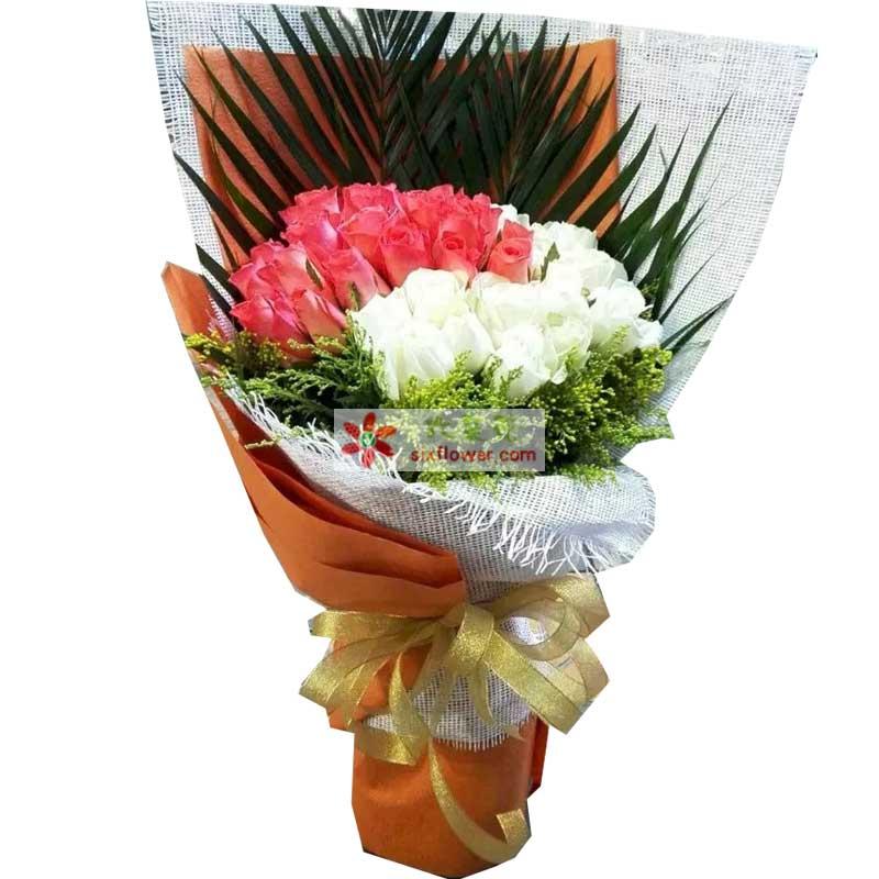 30枝粉色玫瑰,36枝白色玫瑰,黄英搭配,剑叶点缀