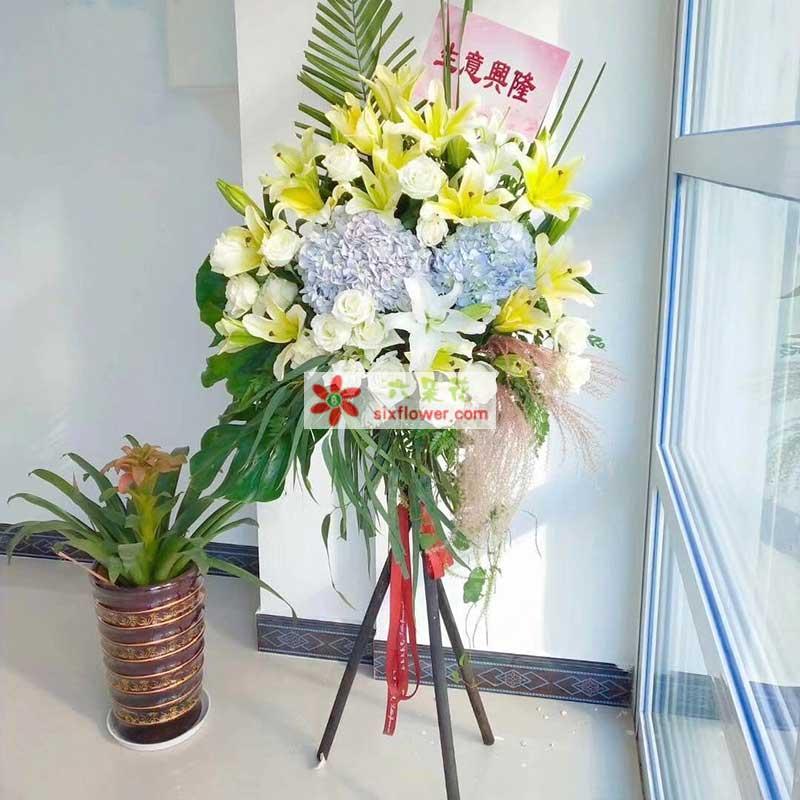 12朵黄百合,30枝白色玫瑰,2只蓝色绣球花,剑叶、配叶搭配
