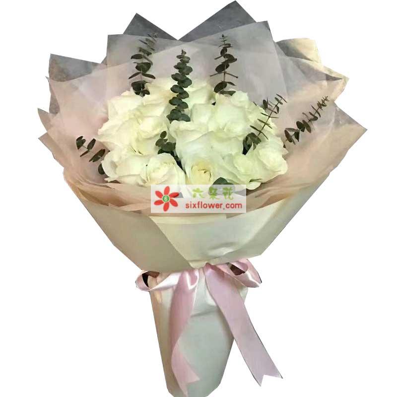 18枝白色玫瑰,尤加利点缀