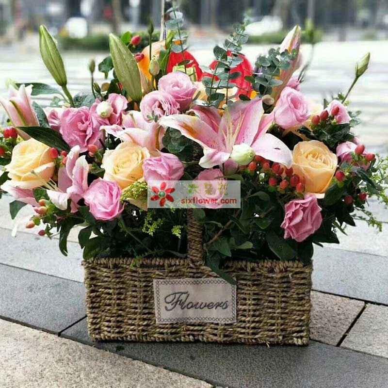 28枝粉色玫瑰,6枝香槟玫瑰,3枝粉色多头百合,红掌2片,尤加利、红豆点缀