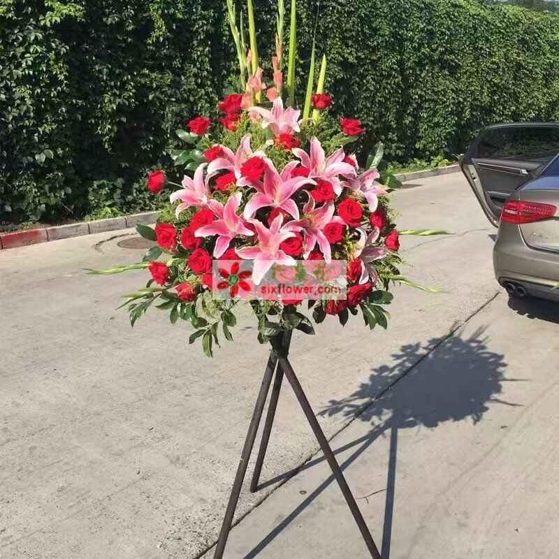 39枝红色玫瑰,10朵粉色百合,黄英、配叶、剑叶搭配