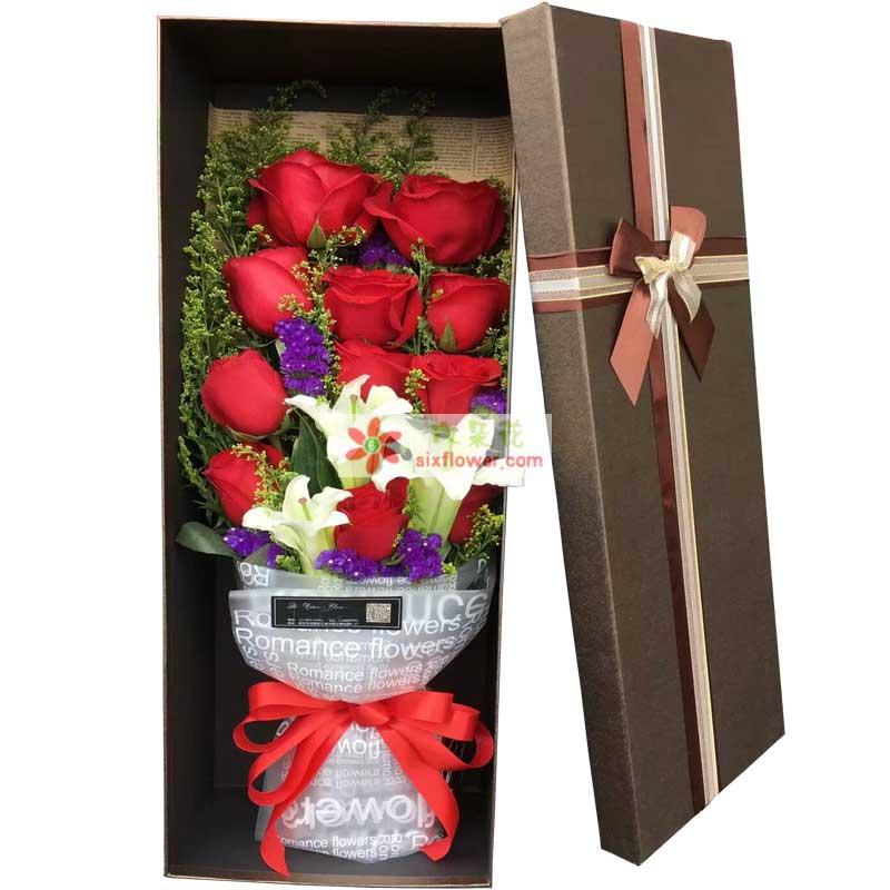 11枝红色玫瑰,1枝多头白色百合,黄英丰满、紫色勿忘我点缀