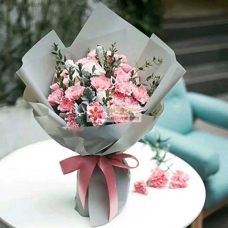 16枝粉色康乃馨,5枝香槟玫瑰,银叶菊,配叶点缀
