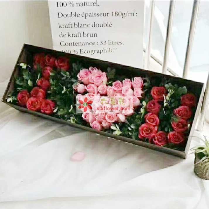 """18枝红玫瑰、15枝粉玫瑰,组成""""I O U""""字样、绿叶搭配"""
