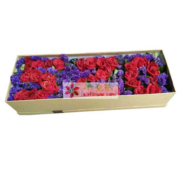"""33枝红色玫瑰,紫色勿忘我搭配,红色玫瑰组成""""520""""字样"""