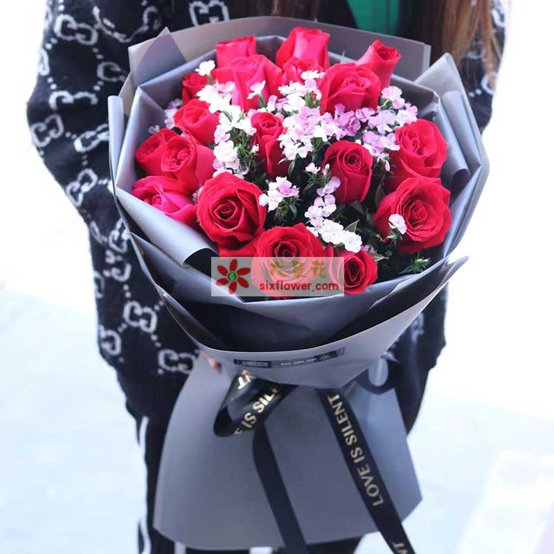 19枝红色玫瑰,中间相思梅丰满
