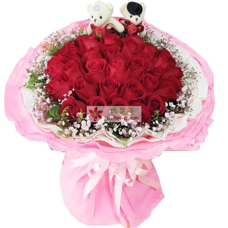 33枝红色玫瑰,周围满天星点缀,2个小熊