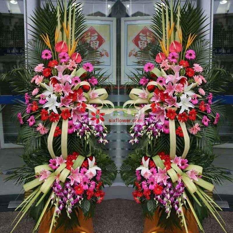 6朵粉色百合,2朵白色百合,各色太阳花48枝,2枝天堂鸟,剑叶、紫罗兰、巴西叶、散尾葵搭配