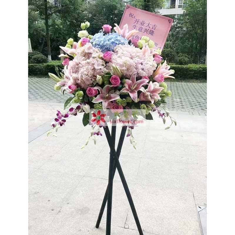 6只粉色绣球花,2只蓝色绣球花,8朵粉色百合,19只桔梗,16只粉色玫瑰,紫罗兰搭配
