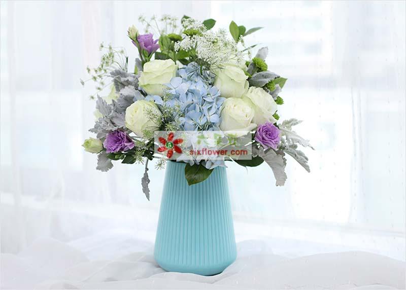 白雪山11枝、栀子叶0.5扎、小绿菊3枝、紫桔梗3枝、蓝绣球1枝、银叶菊4枝、蕾丝5枝