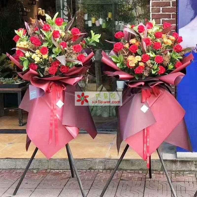 29枝红色玫瑰,桔梗18枝桔梗,栀子叶、满天星丰满,富贵竹点缀