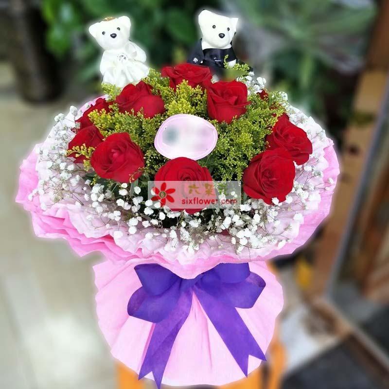 11枝红色玫瑰,中间黄英点缀,周围满天星丰满,2个小熊;