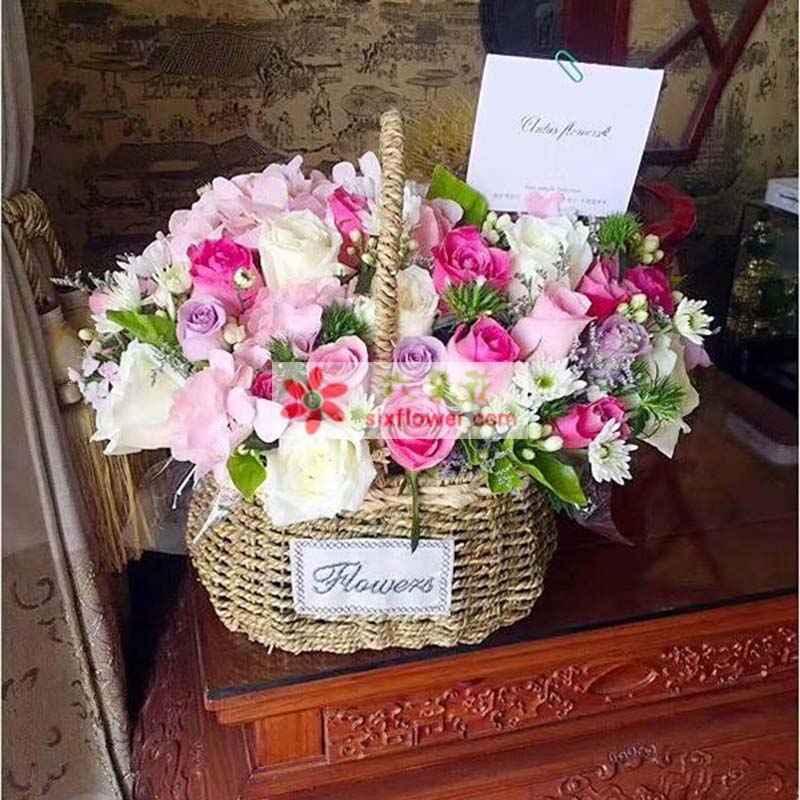 9枝苏醒玫瑰,9枝戴安娜玫瑰,9枝巴斯而梅,9枝紫色玫瑰,2只粉色绣球花,小雏菊、配叶丰满