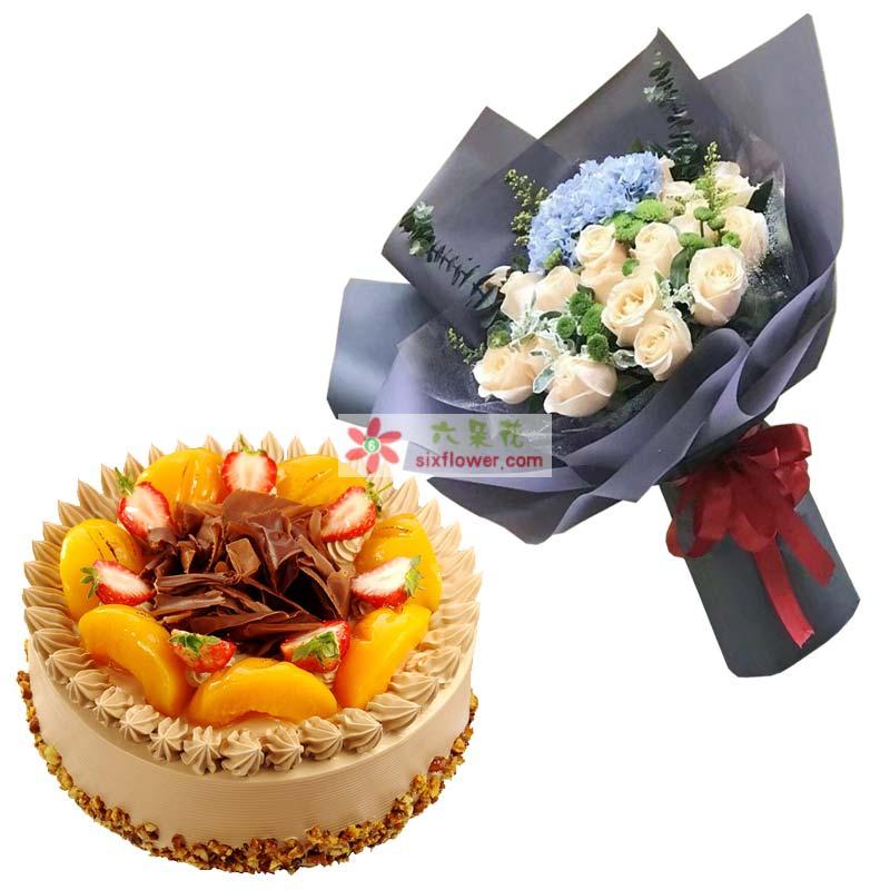 鲜花为19枝香槟玫瑰,1只蓝色绣球花,小雏菊、黄英、尤加利点缀;蛋糕为8寸圆形水果蛋糕,时令水果装饰;
