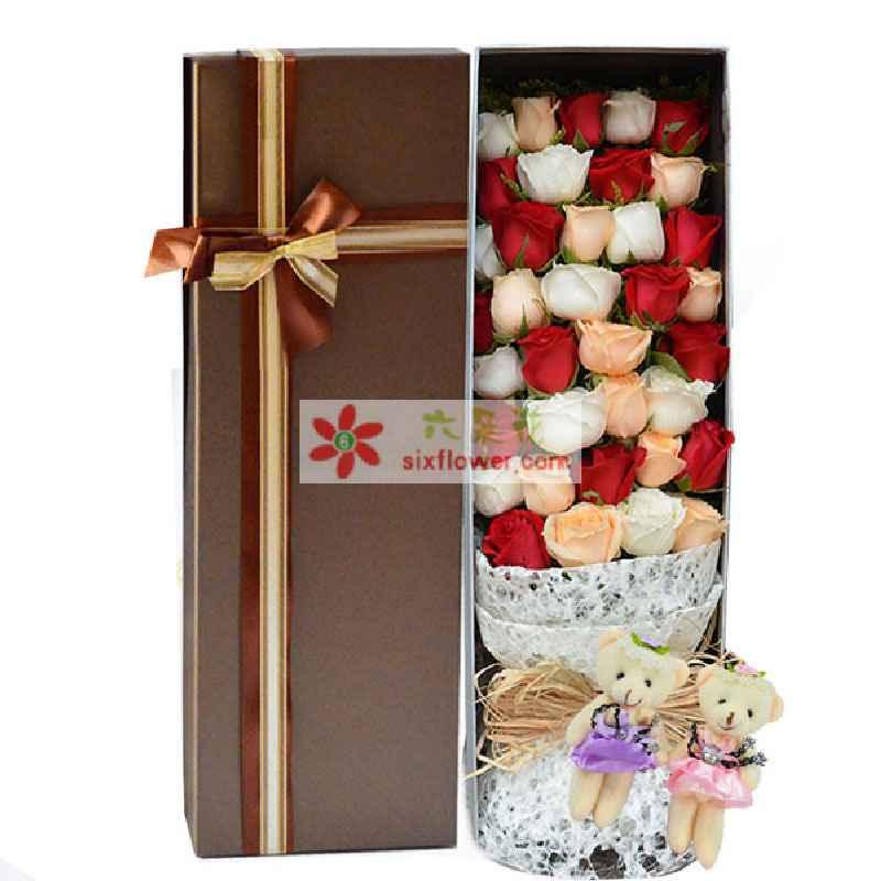11支红玫瑰,11支白玫瑰,11支香槟玫瑰间插摆放,2只可爱小熊