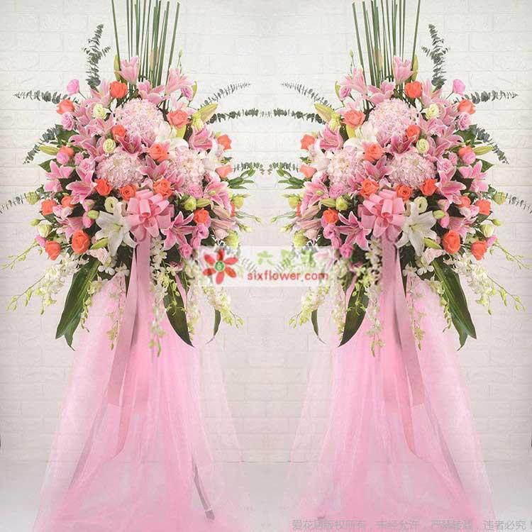 3只粉色绣球,2枝多头白百合,8枝多头粉百合,19枝粉玫瑰,19枝戴安娜玫瑰,搭配桔梗、洋兰、尤加利叶、排草等
