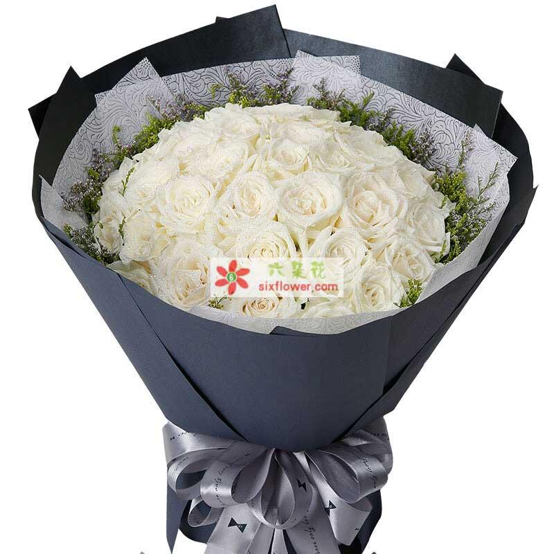 33枝白色玫瑰,周围情人草搭配