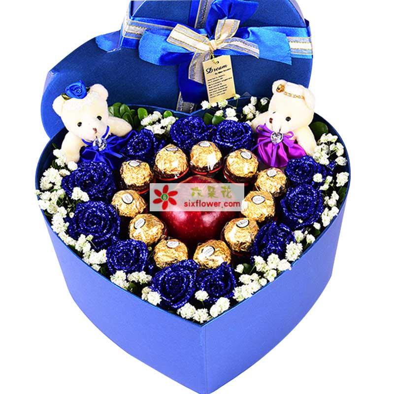 11枝蓝色玫瑰、11颗巧克力、1个苹果、2只小熊,满天星周围点缀,绿叶搭配;