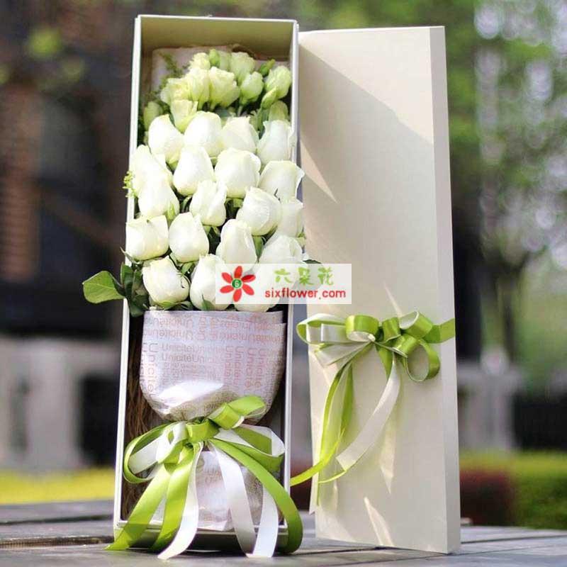 19枝白玫瑰,桔梗、栀子叶搭配