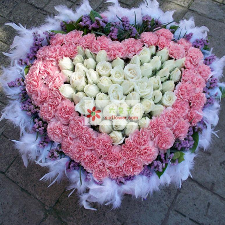 49枝白玫瑰,50枝粉色康乃馨,粉色康乃馨外围,白色玫瑰居中,组成细心,周边勿忘我和白色羽毛