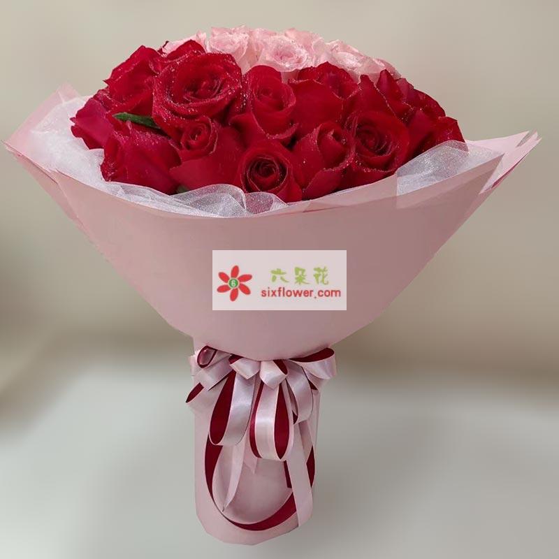 52枝玫瑰,其中30枝红色玫瑰周围一圈,中间22枝戴安娜玫瑰