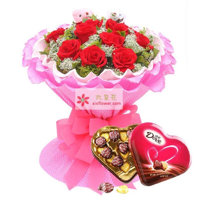 11枝红玫瑰,黄莺、栀子叶、蕾丝点缀,2个小熊公仔;德芙心语98g