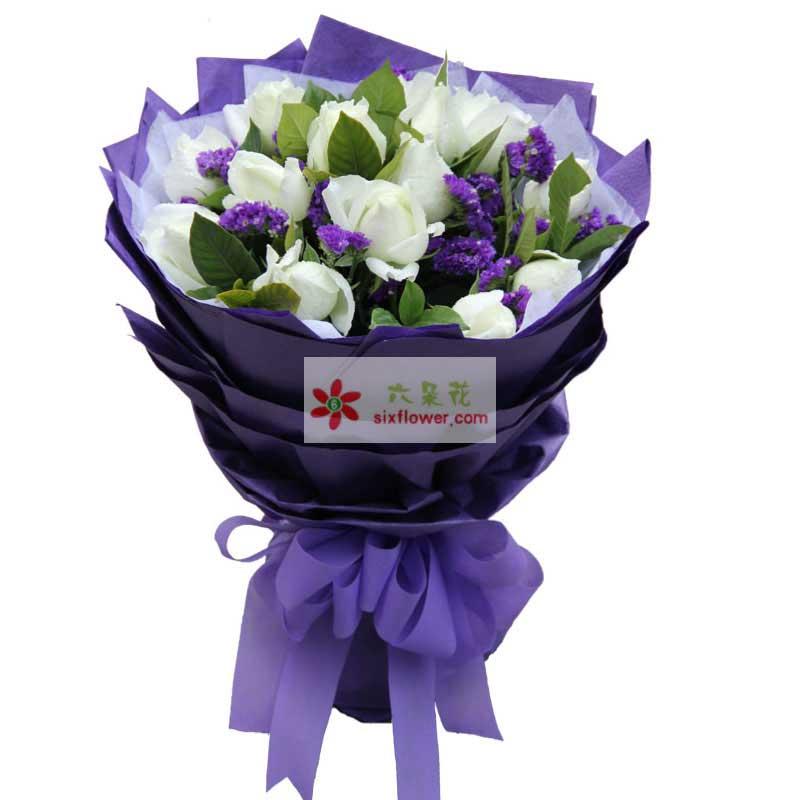 16枝白玫瑰,紫色勿忘我、绿叶间插