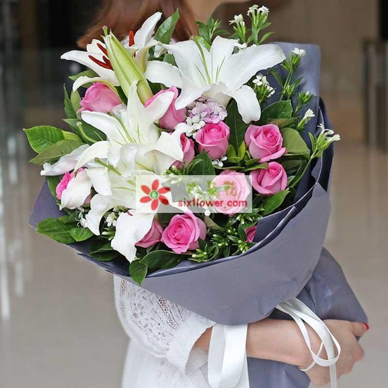 11枝苏醒玫瑰,2枝白多头香水百合,白色相思梅、栀子叶丰满