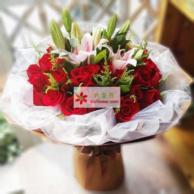 33枝红色玫瑰,3枝粉色多头百合,黄英点缀
