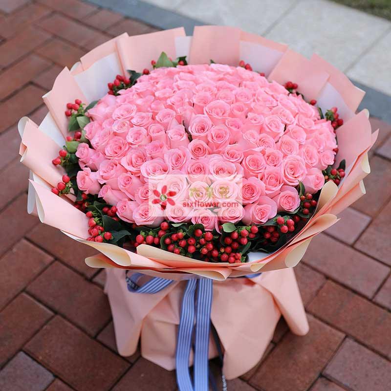 99枝戴安娜玫瑰,周围红豆丰满(或相思梅)