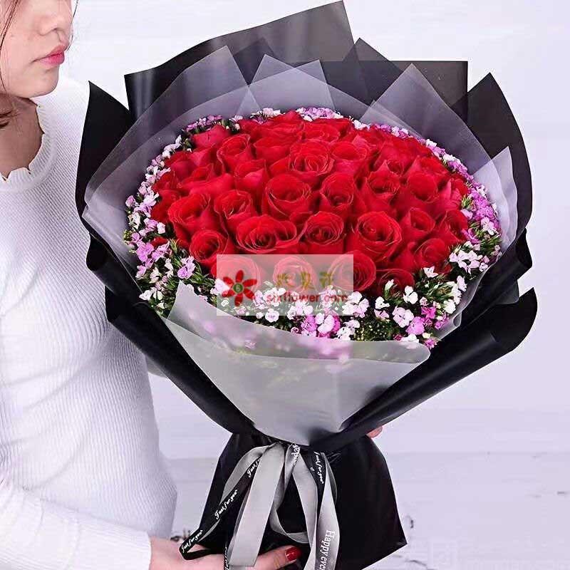 33枝红色玫瑰,周围相思梅丰满