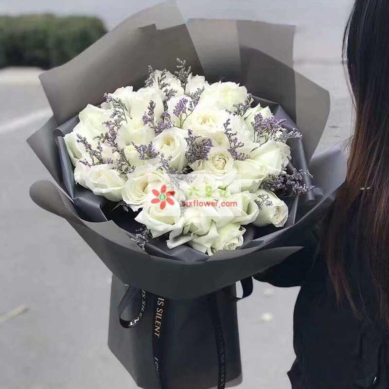 21枝白色玫瑰花,情人草点缀